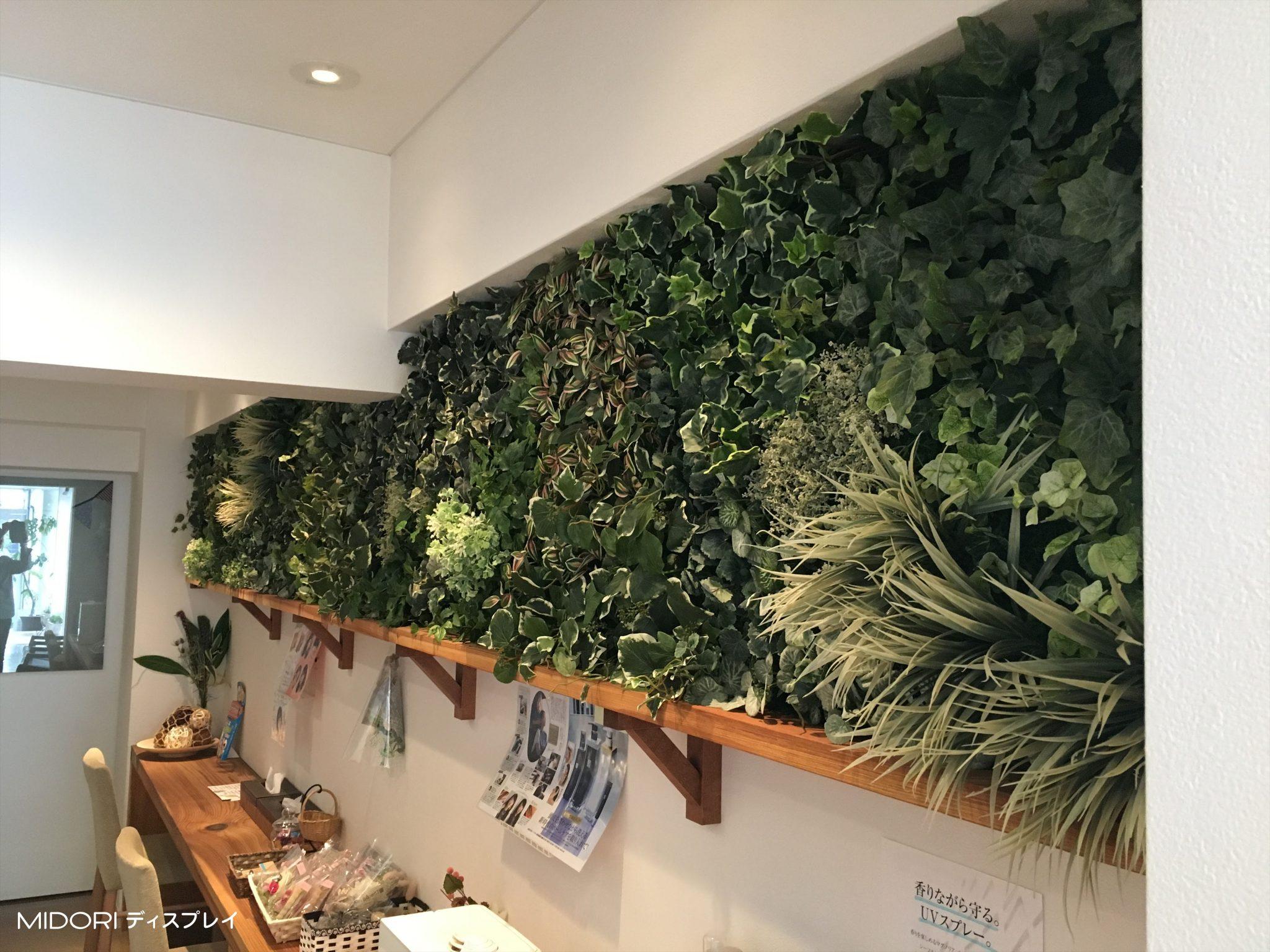 壁にグリーンの帯を作る装飾